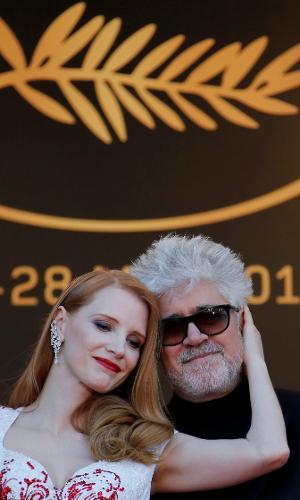 A atriz Jessica Chastain, membro do júri, e o cineasta Pedro Almodóvar, presidente do júri, trocam carinhos no tapete vermelho do Festival de Cannes