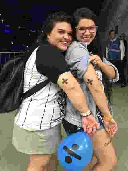 As amigas Livia Cristina de Morais e Taynah Antunes Machado no show de Ed Sheeran no Allianz Parque, em São Paulo. As duas têm tatuagens em homenagem ao cantor britânico - Felipe Branco Cruz/UOL - Felipe Branco Cruz/UOL