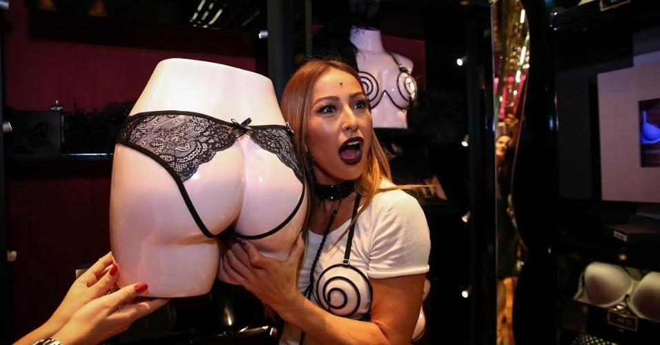 9626df76a ... faz biquinho e sensualiza em evento de lançamento de coleção de lingerie  sexy em São Paulo Raphael Castello AgNews Mais. Sabrina Sato mostra uma das  ...