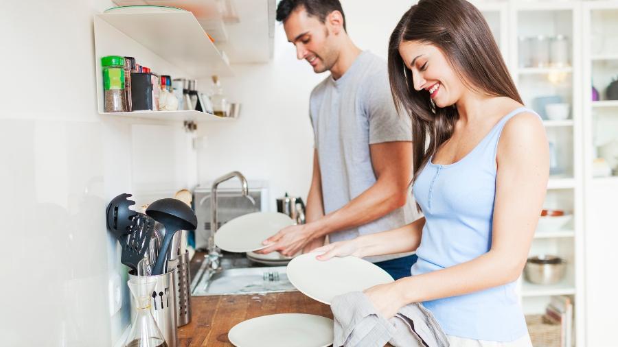Organize a pia: retire os restos de alimentos, empilhe os pratos, deixe os talheres juntos e coloque tudo de molho - Getty Images