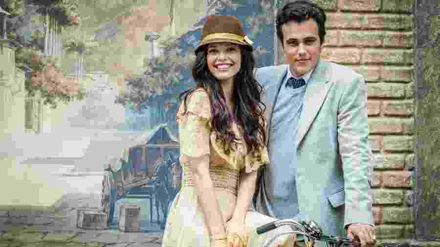 """Maria Vitória (Vitória Strada) e Vicente (Bruno Ferrari) tiram fotos em lambe-lambe em """"Tempo de Amar"""" - Paulo Belote / TV Globo"""