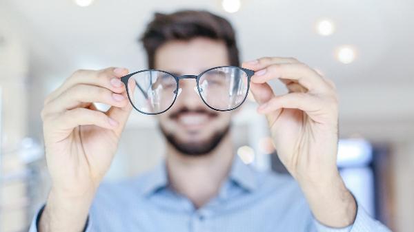 7f944d569 Ao começar a usar um óculos multifocal é comum sentir dor de cabeça, enjoo  e fadiga visual Imagem: iStock ...