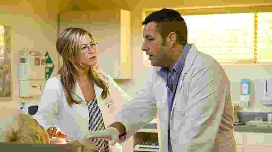 """Jennifer Aniston e Adam Sandler em cena de """"Esposa de Mentirinha"""" - Reprodução"""