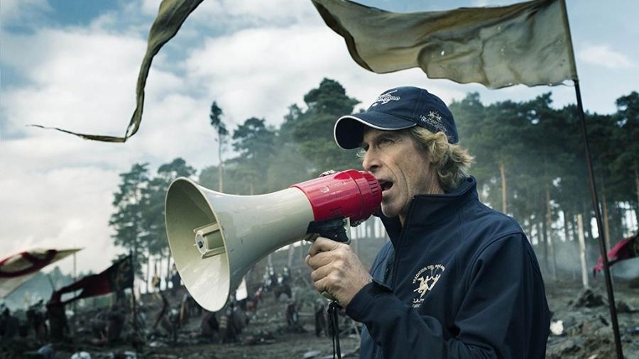 """Diretor Michael Bay durante gravações de """"Transformers: O Último Cavaleiro"""" (2017); ele é o produtor de """"Songbird"""" - Divulgação"""
