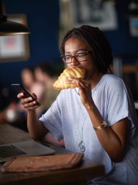 Comemos mais quando estamos distraídos pois não prestamos atenção nos sinais que o corpo manda dizendo estar satisfeito - iStock