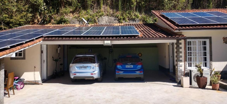 Garagem de Marcelo Dejon Souza, em Petrópolis (RJ), tem um híbrido e um elétrico puro - Arquivo Pessoal