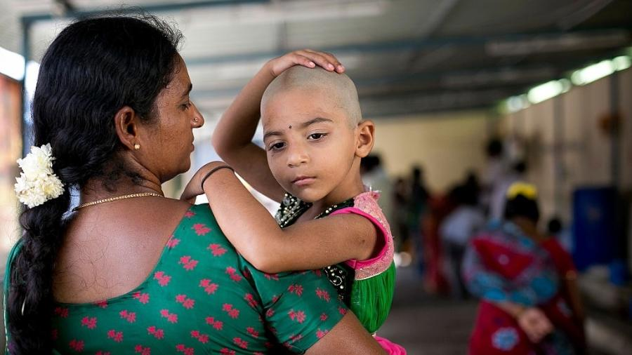 Criança indiana com a mãe - Getty Images