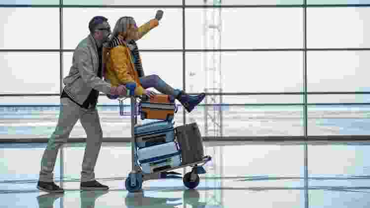 Casal se diverte em aeroporto - Getty Images/iStockphoto - Getty Images/iStockphoto
