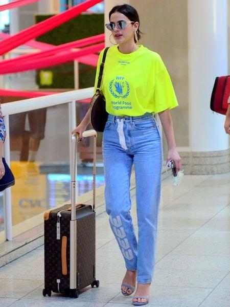 addd8e4af Ativista e neon: Bruna Marquezine embarca no Rio com mala de R$ 11 mil