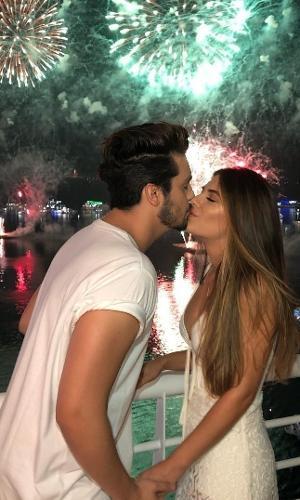 """Luan Santana passou o Réveillon em Manaus. O cantor desejou """" o melhor ano"""" aos fãs, amigos e familiares e trocou beijos  carícias com a namorada Jade"""