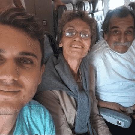 Pedro, Sueli e Lúcio em uma das últimas viagens em família, quando ela ainda conseguia andar e falar - ARQUIVO PESSOAL