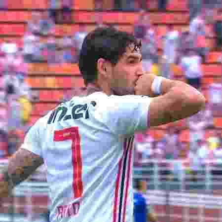 Pato beija o dedo anelar direito e olha para Rebeca após marcar contra o Cruzeiro, pelo Campeonato Brasileiro - Reprodução/TV Globo - Reprodução/TV Globo