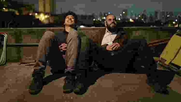 Cena da série Pico da Neblina, da HBO, com os atores Luis Navarro e Henrique Santana - Divulgação/HBO