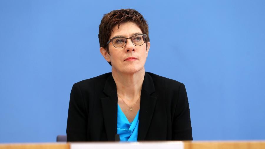 01.07.2020 - A ministra da defesa alemã, Annegret Kramp-Karrenbauer, fala à imprensa em Berlim - Getty Images