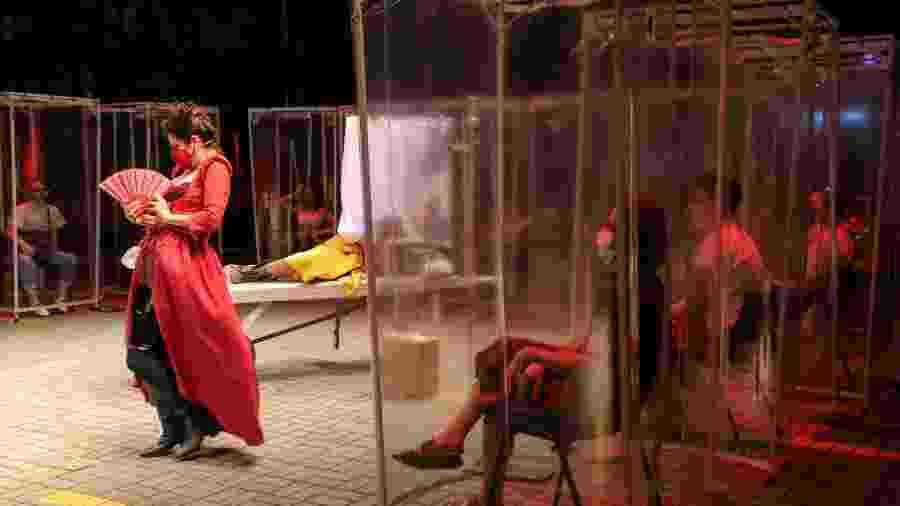 Espectadores assistem peça de teatro em São Paulo - AMANDA PEROBELLI/REUTERS