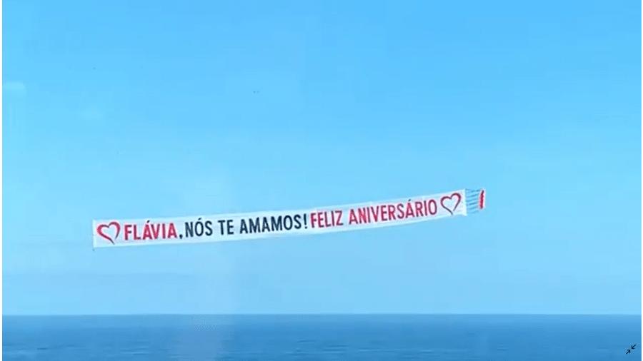 Otaviano presenteia Flávia Alessandra com faixa em avião em seu aniversário - Reprodução/Instagram