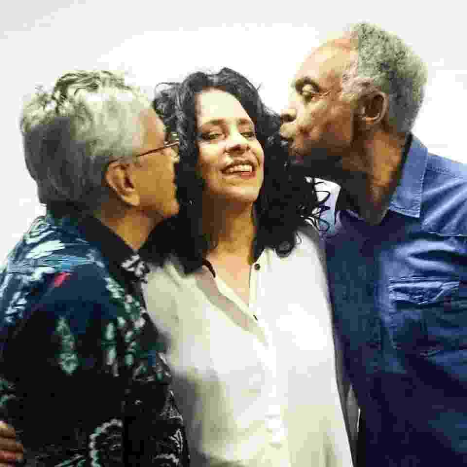1.set.2015 - Caetano Veloso e Gilberto Gil beijam Gal Costa nos bastidores do Prêmio Multishow - Reprodução/Facebook
