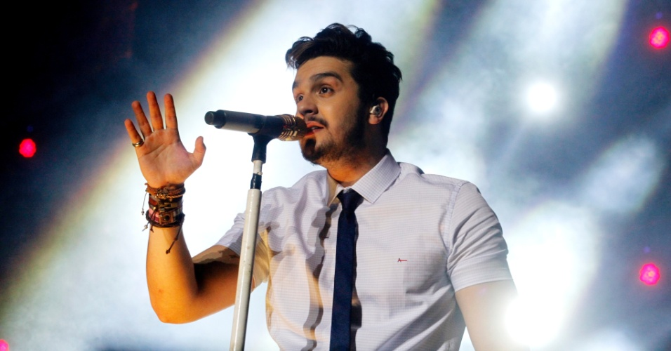 19.set.2015 - Luan Santana se apresenta no palco do Villa Music Festival