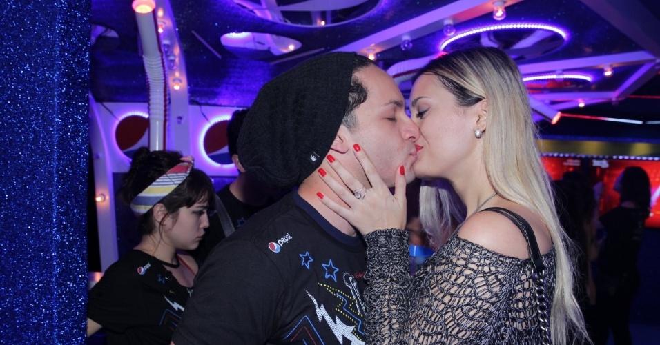 19.set.2015 - Rainer Cadete beija a nova namorada, a modelo Taianne Raveli, ao som de Metallica