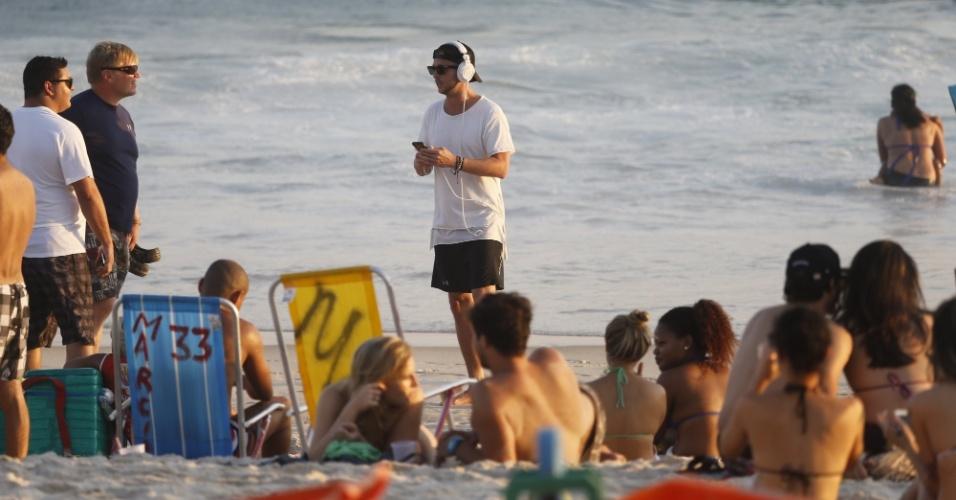 20.set.2015 - Ryan Tedder aproveita a manhã de sol para curtir a praia de Ipanema, na Zona Sul do Rio de Janeiro. De camiseta e bermuda, o vocalista do OneRepublic se diverte na companhia de amigos da banda e não perde a oportunidade de fazer fotos da paisagem