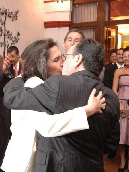 Florinda beija Roberto Gómez Bolaños - Reprodução/Twitter/florindamezach