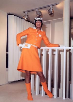 Modelo posa com look de desfile de Courrèges para o Verão 1971 - AFP