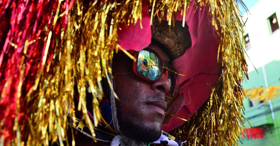 05.fev.2016 - Detalhe de músico durante o Encontro de Maracatu na Rua da Moeda, local onde tem início o Carnaval de Recife (PE)