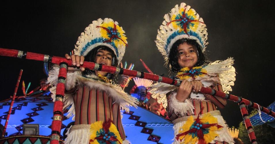 5.fev.2016 - Crianças fazem parte do grupo de integrantes da escola de samba Pérola Negra
