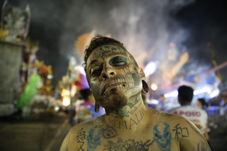6.fev.2016 - Integrante da Rosas de Ouro aparece coberto de tatuagem na concentração do desfile que acontece na madrugada deste sábado