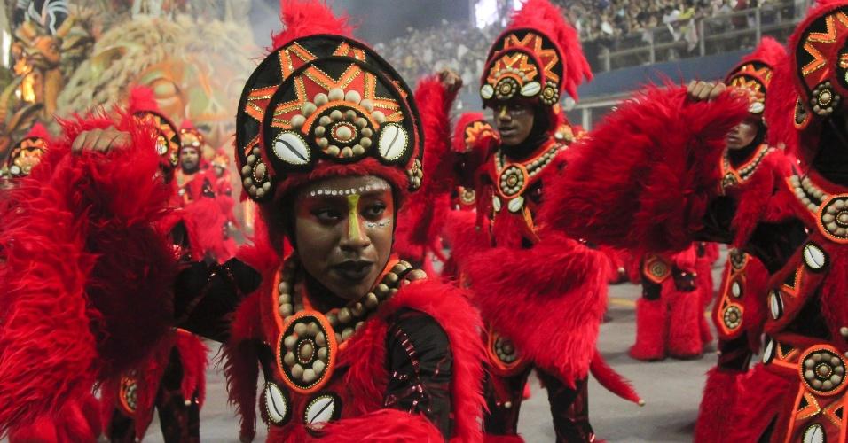 07.fev.2016 - Ala coreografada da Mocidade Alegre narra o início das danças ancestrais que deram origem ao samba
