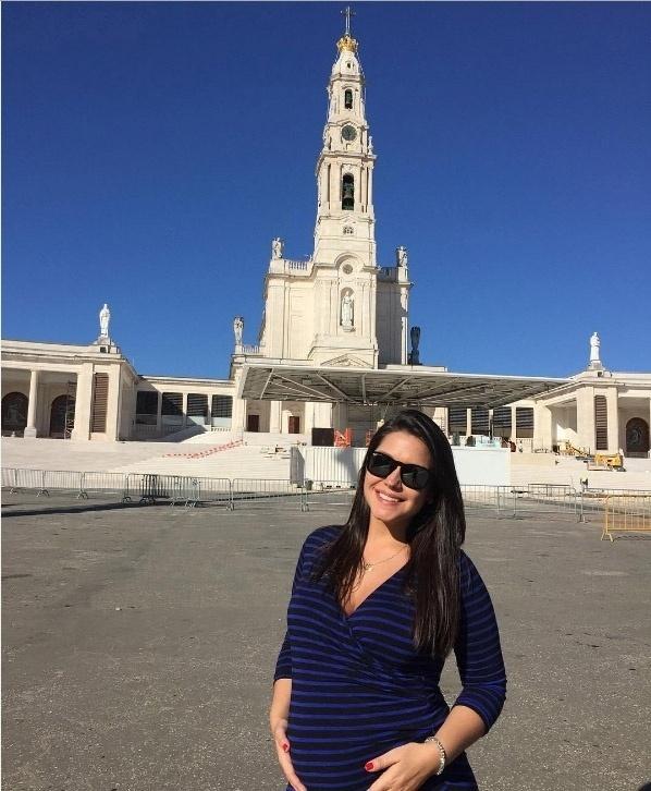 3.mai.2016- Grávida da primeira filha, Thaís Fersoza visita santuário de Nossa Senhora de Fátima, na cidade de Fátima, em Portugal: