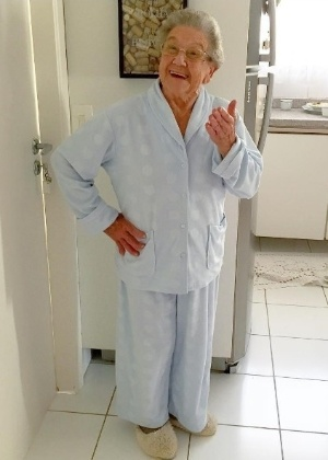 A cozinheira e apresentadora Palmirinha Onofre, de pijamas, em seu apartamento - Reprodução/Instagram/vovopalmirinha