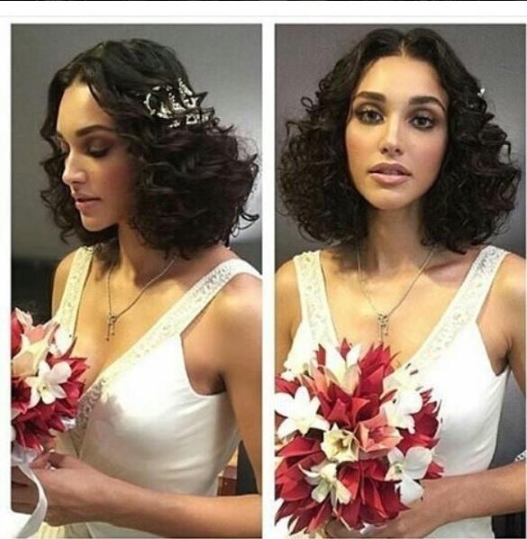 21.mai.2016 - Vestida de noiva, Debora Nascimento mostra o buquê de flores antes de se casar com o ator José Loreto