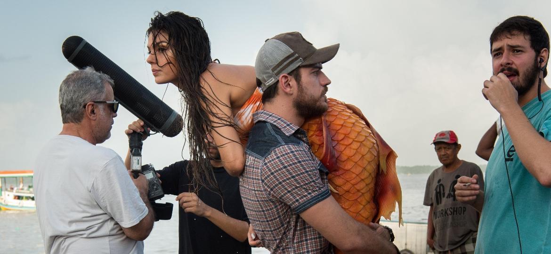 """Vestida de sereia, Isis Valverde é carregada por Marco Pigossi durante as gravações da novela """"A Força do Querer"""" em Belém - Estevam Avellar/Divulgação/TV Globo"""