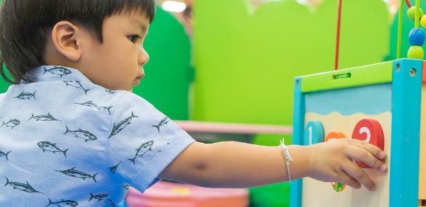 Em um quarto montessoriano, os objetos, brinquedos e até cama devem estar ao alcance da criança