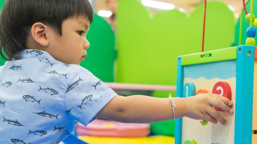 Em um quarto montessoriano, os objetos, brinquedos e até cama devem estar ao alcance da criança - iStock
