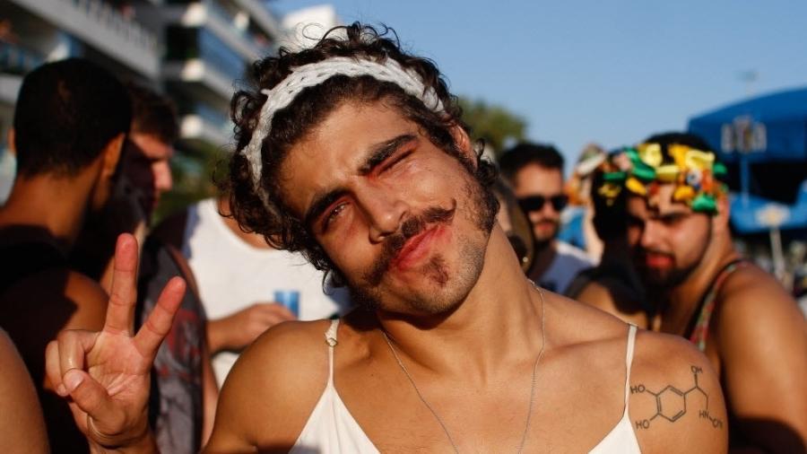 18.fev.2017 - Caio Castro curte o bloco Simpatia É Quase Amor, na orla de Ipanema, no Rio - Luciano Belford/Frame Photo
