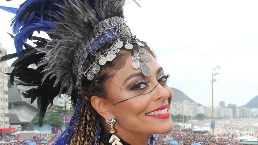 Juliana Paes sorri na passagem do Bloco da Favorita, da qual é madrinha, pela orla de Copacabana - Wilton Junior/Estadão Conteúdo