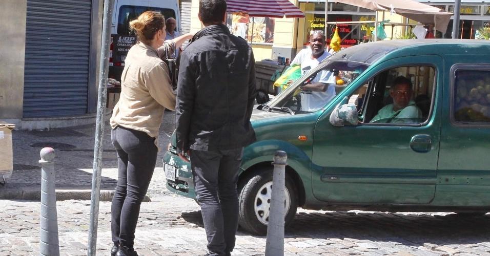 Leandra Leal chega com o marido Alê Youssef no velório de Rogéria no teatro João Caetano
