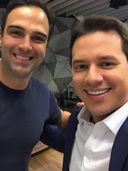 """Tadeu Schmidt e Dony De Nuccio fazem selfie no estúdio do """"Fantástico"""" - Reprodução/Instagram"""