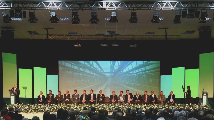 """O presidente Michel Temer, em maio, no 90º Encontro Nacional da Indústria da Construção, ao lado dos outros participantes: todos homens e brancos - Reprodução """"Aqui Só Fala Homem Branco"""""""