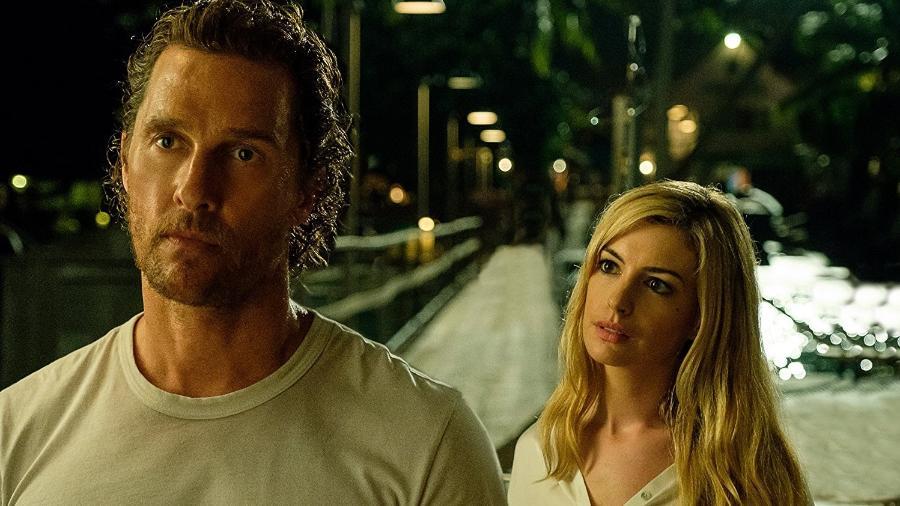 "Matthew McConaughey e Anne Hathaway em ""Serenity"" - Reprodução"