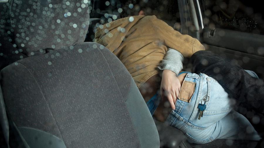 Transar no carro em alta velocidade é uma das práticas que pode colocar a vida em risco - iStock