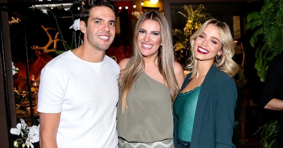 A decoradora Andréa Guimarães posa com Kaká e a noiva Carol Dias