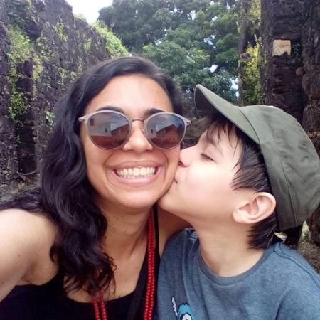 Carolina e o filho, em uma das visitas dele à universidade em que a mãe estuda - Arquivo Pessoal