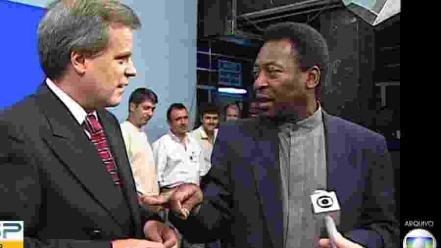 Chico Pinheiro e Pelé durante reportagem - Reprodução/TV Globo