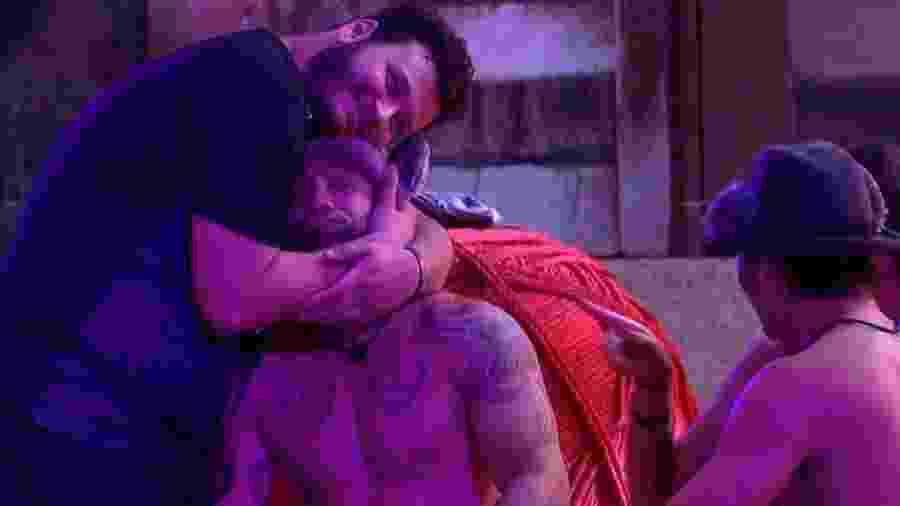 BBB 20: Victor faz carinho em Hadson durante o confinamento - Reprodução/Globo