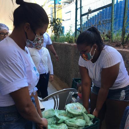 Mulheres organizam alimentos em Paraisópolis para ajudar durante a pandemia - Gloria Maria / UOL