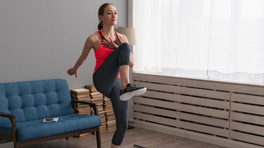 Treino em casa exige roupas e espaço adequados para fazer exercício - iStock