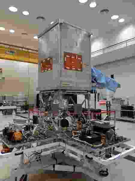 A plataforma multimissão, ainda aberta, integrada à carga útil (câmera, gravador e transmissor de dados), formando o satélite Amazonia-1. - Divulgação/INPE - Divulgação/INPE
